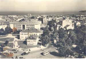 Панорамна снимка на централната част на града в посока от катедралата към морето. 1960 г.