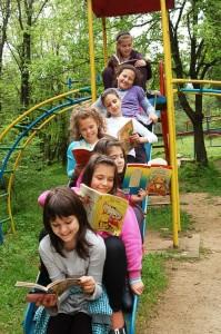 Децата от 3 клас с библиотекарката на Пето основно училище в Стара Загора четат на Аязмото. Сн. Паолина Стойчева.